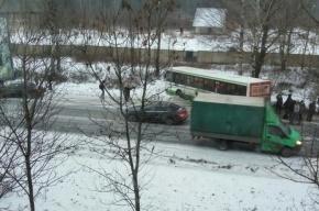 Свадебный кортеж столкнулся с автобусом на Дороге жизни