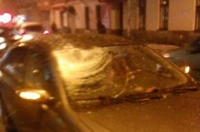 Дерзкая девушка въехала на закрытую улицу Большая Зеленина и получила ледяной «снаряд» в лобовое