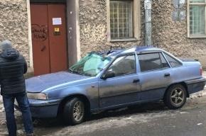 Глыба льда пробила крышу машины на Малом пр. П.С.