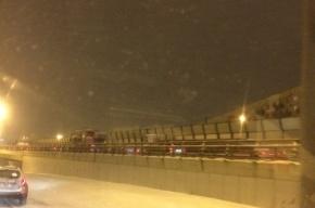 Снежные заносы остановили в Петербурге движение даже грузовиков