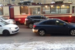 Движение трамваев на Среднеохтинском остановилось из-за бесхозного пакета