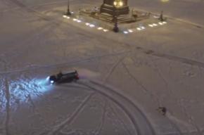 Экстремал на сноуборде устроил дрифт на заснеженной Дворцовой