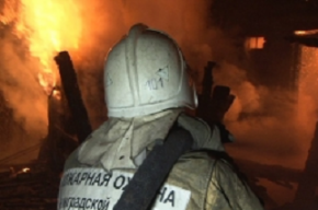 Десять спасателей тушили пожар в квартире на улице Мира