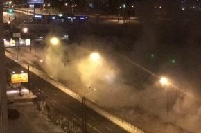 Трубу с горячей водой прорвало на Ленинском проспекте