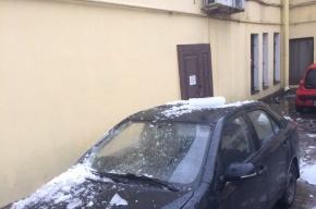 Глыба льда пробила крышу машине на улице Марата