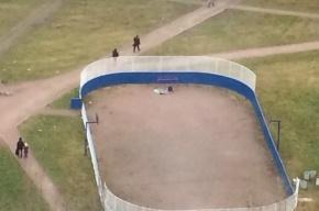 Очевидцы: на спортплощадке на Караваевской лежит труп