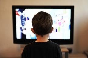 Ученые объяснили, почему нельзя есть перед телевизором