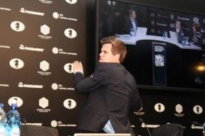 Карлсена накажут за побег от журналистов после поражения от Карякина