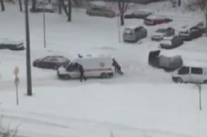 Скорую прохожие вызволили из снежного плена на Софийской