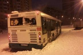 Очевидцы: автобус застрял в снегу у метро «Проспект Большевиков»