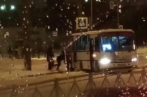 Пассажиры толкают застрявшую в снегу маршрутку на Индустриальном