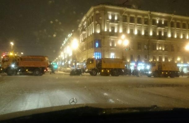 Снег в Петербурге убирают 700 единиц техники