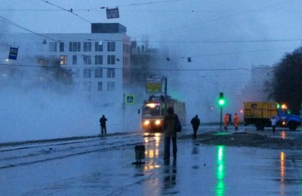 Теплотрассу прорвало на Кронштадтской улице