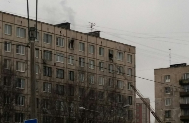 Сильный пожар тушили спасатели на Заневском проспекте