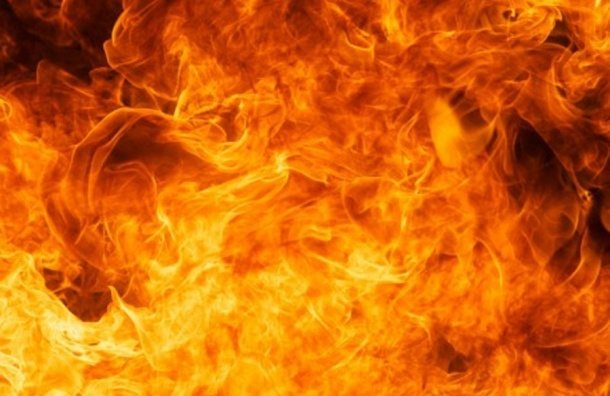 Пожарные тушили здание промзоны на Васильевском острове