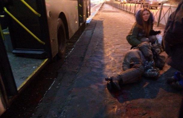 Пожилая женщина попала под автобус у станции «Обводный канал»