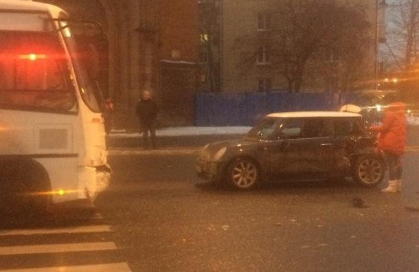 Иномарка влетела под маршрутку на улице Бабушкина, есть пострадавшие