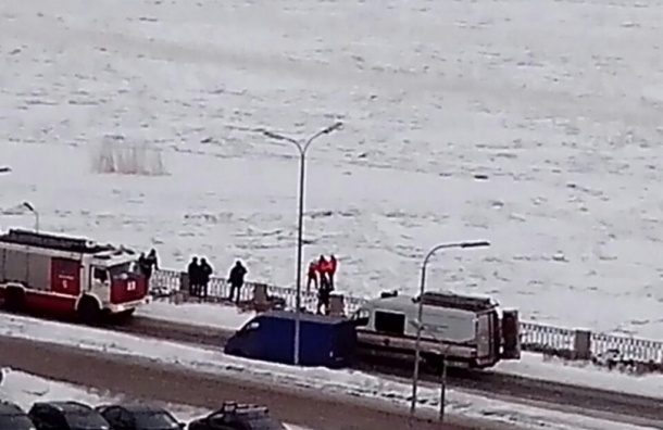 Пожарные спасали гуляющих по Неве двух школьников