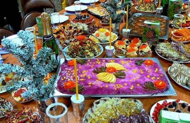 Росстат подсчитал траты на продукты для новогоднего стола
