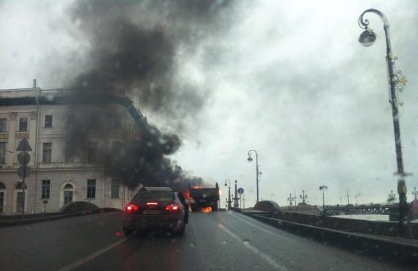 ВПетербурге уЛетнего сада горел грузовой автомобиль