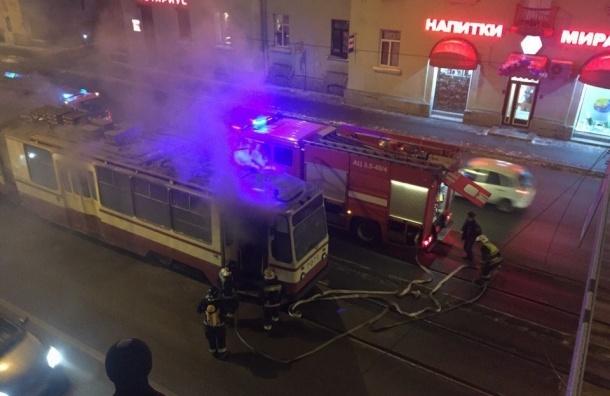 Трамвай «заискрился» из-за обрыва проводов на Среднеохтинском