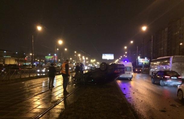 Перевернувшийся «Фольксваген» перекрыл движение трамваев на улице Коллонтай