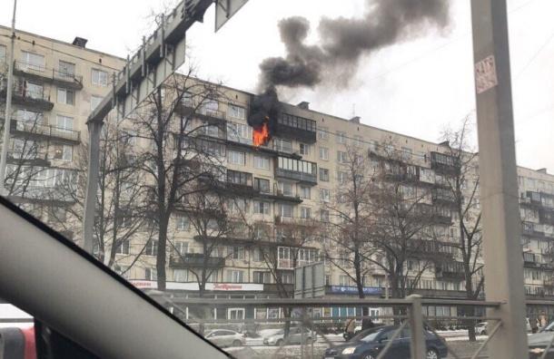 Горит квартира в доме на Пискаревском проспекте