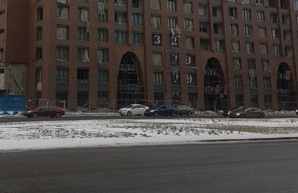Водитель иномарки пострадал от выброшенного строительного мусора на Пискаревском