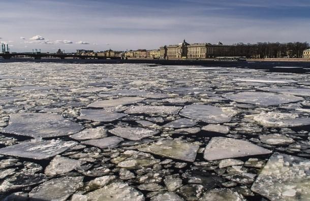 Ледокол пробил канал в Неве, понизив уровень воды
