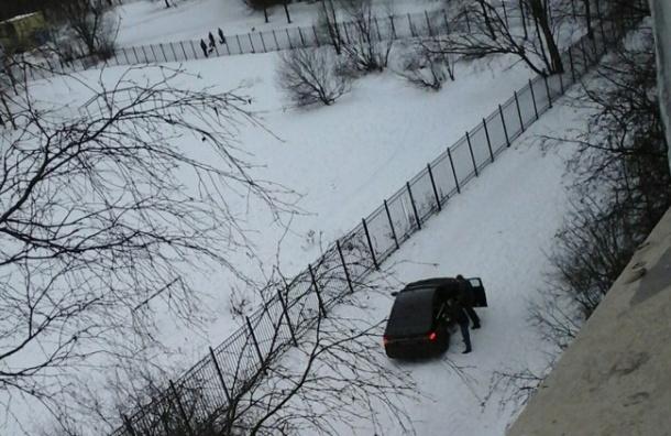 Очевидец: На Просвещения мужчину затащили в машину и избили