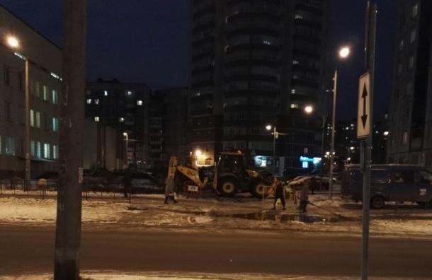 Трубу с холодной водой прорвало на Ленской улице
