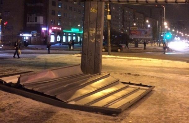 Рекламный щит рухнул из-за ветра на проспекте Ветеранов
