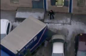 Петербуржец заснял, как в «Почте России» кидаются посылками