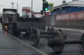 Колесные пары ж/д вагонов вывалились из грузовика в Петербурге