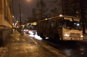 Маршрутка без колеса остановила движение автобусов на Замшина