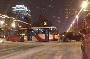 Блокировано движение на перекрестке Московского и Благодатной из-за ДТП с трамваем