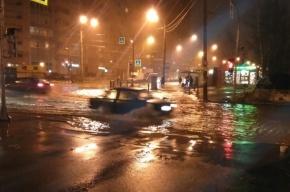Холодная вода затопила улицу Сикейроса
