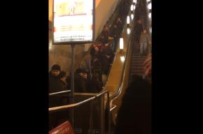 Остановившийся эскалатор на «Ладожской» стал причиной пробки из пассажиров