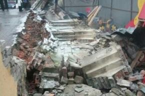 Аварийный забор рухнул на детскую площадку на набережной реки Фонтанки