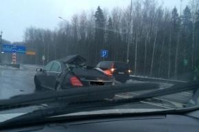 Mercedes остался без крыши на КАД