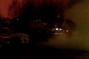 Трубу с горячей водой прорвало на Купчинской улице