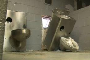 Заключенные в США сбежали из тюрьмы через туалет