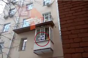 Фотографиями погибших пассажиров Ту-154 облепили балкон Рынски