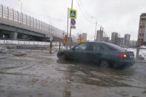 Выборгское шоссе затопило холодной водой из-за прорыва трубы