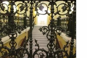 По Мраморной лестнице без бахил