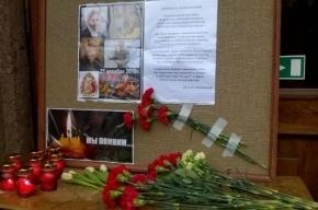К Дому офицеров несут цветы в память погибших в ТУ-154