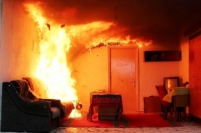 Двух человек спасли из горящей квартиры на Пионерстроя