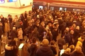 Очевидцы рассказали о поломке поезда на станции «Невский проспект»