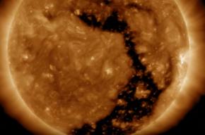 Кадры огромной дыры на Солнце опубликовало NASA