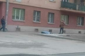 Очевидец: пожилая женщина выпала из окна на Большом Сампсониевском